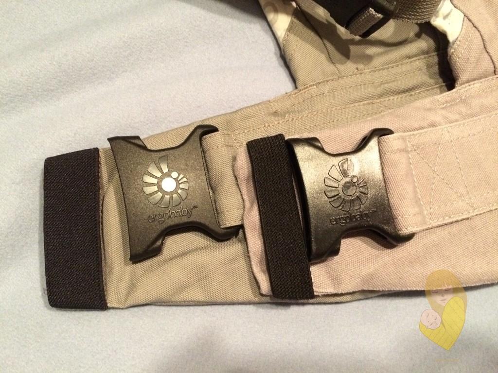 Slika 3 - Kopče na pojasu nosiljke, iza je Ergobaby original, ispred je Fergo